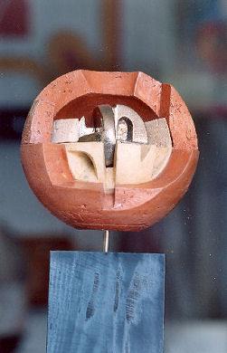 Sfera in terracotta di Romano Mazzini.